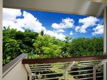 バルコニーからは青い空と緑のガーデン
