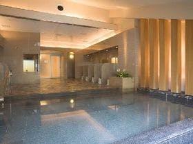 角閃石を浴槽にはったサウナ付大浴場