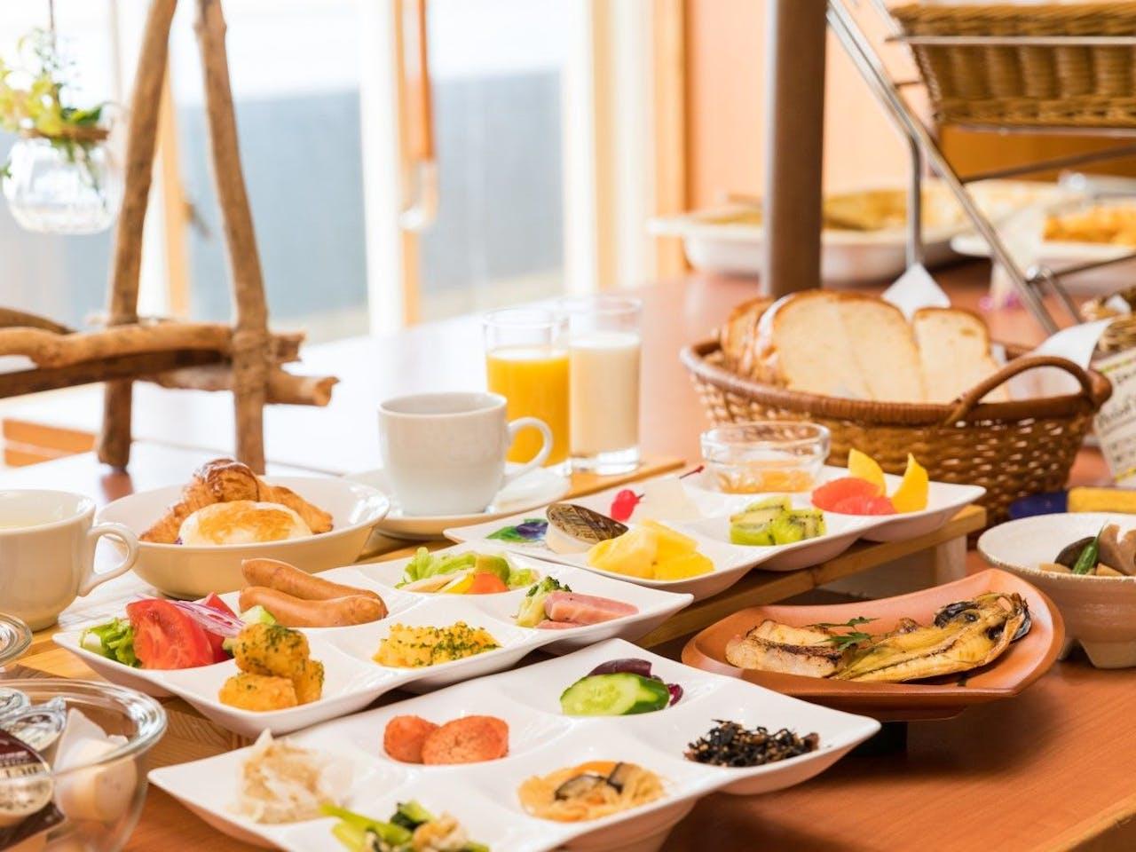 ビュッフェスタイルの朝食をお楽しみ下さい