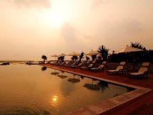 東シナ海に沈む夕日がプールの水面に映る
