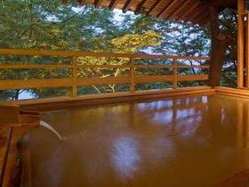 祖母が一緒なので、肩こり解消にマッサージ器のある伊香保温泉の宿を教えて。
