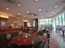 明るく開放感のあるレストラン