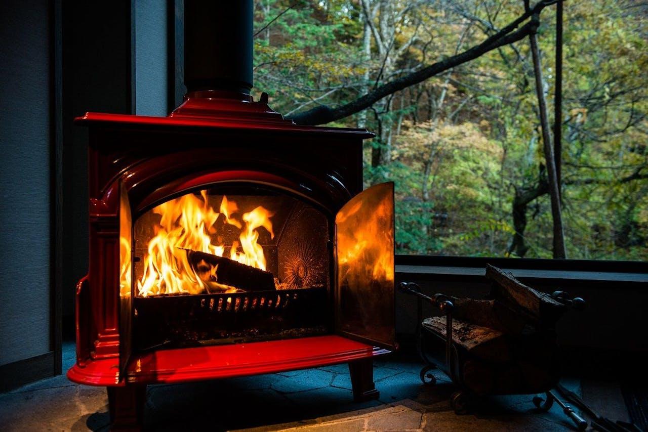 暖炉の炎からも温もりが伝わる