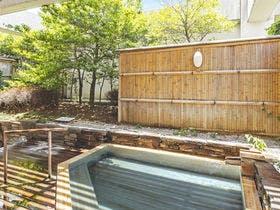 開放的な露天風呂で温泉浴を満喫!