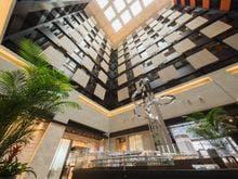 開放的な27階ホテルロビー