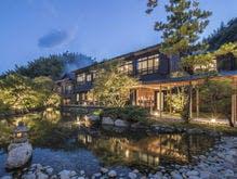 日本庭園から望む玉峰館
