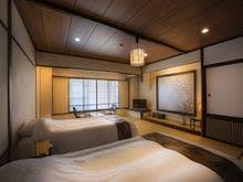 和室にベッドを備えたお部屋。