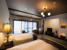 和室にベッドが備わったお部屋。