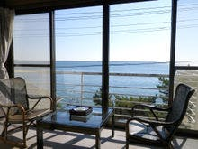 *大きな窓からは奥浜名湖を一望できます。