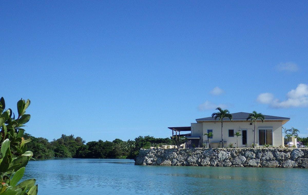 マングローブの緑に囲まれて過ごす伊良部島の休日