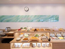 朝食 大型のブッフェ台を完備
