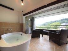 露天風呂付客室で自然の空気を満喫。