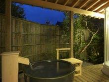 信楽焼き湯壷の露天風呂です