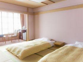 和室にベッドを配したお部屋