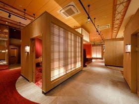 11月に紅葉を見に和倉温泉に行きます。部屋からも紅葉が楽しめる旅館を教えて下さい。
