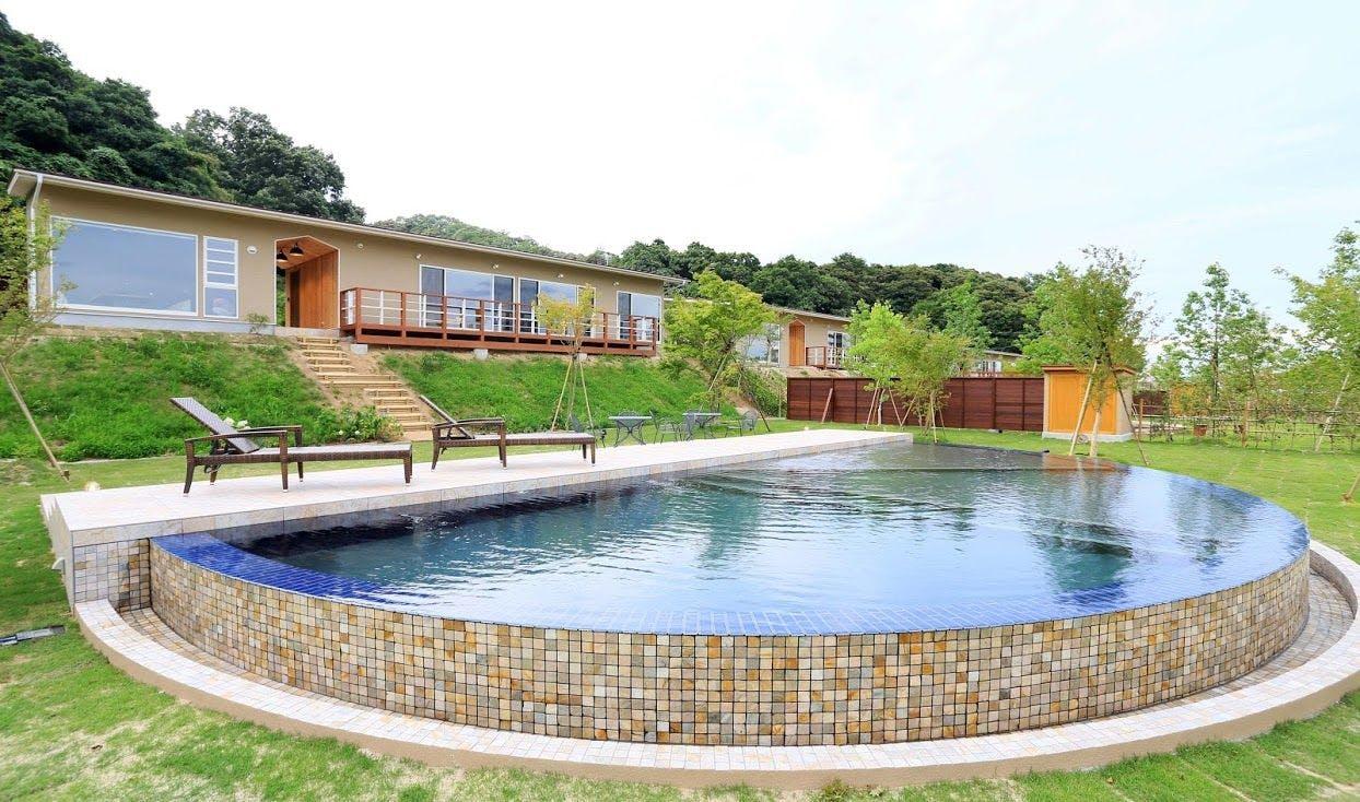 天然温泉にプライベートプール付き。京都の奥座敷で大人のリゾートステイ