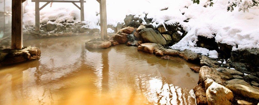 露天風呂では四季折々の高原の自然を感じられます
