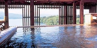 阿寒湖と原生林を望む源泉の湯殿