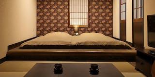 客室「ぼたん」。英国の名デザイナー作の壁紙が和モダンの設えを彩ります。