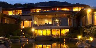 池のそばの床下テラス 篝火揺れる夜はバーのように、陽の差す朝は、カフェとして。