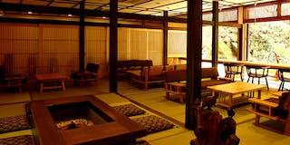 日本庭園を望むロビー