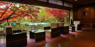 ロビー・フロント:大きな一枚窓からは美しい日本庭園をご覧頂けます。
