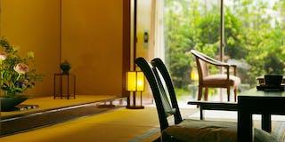 客室:畳と広縁のある和室で、ゆっくりと手足を伸ばしておくつろぎください。