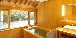 1階客室風呂一例(総檜造りの内風呂)