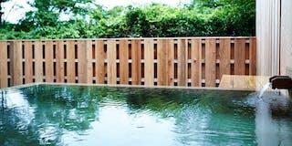 露天風呂:敷地内から湧き出る井戸水を利用した檜の露天風呂