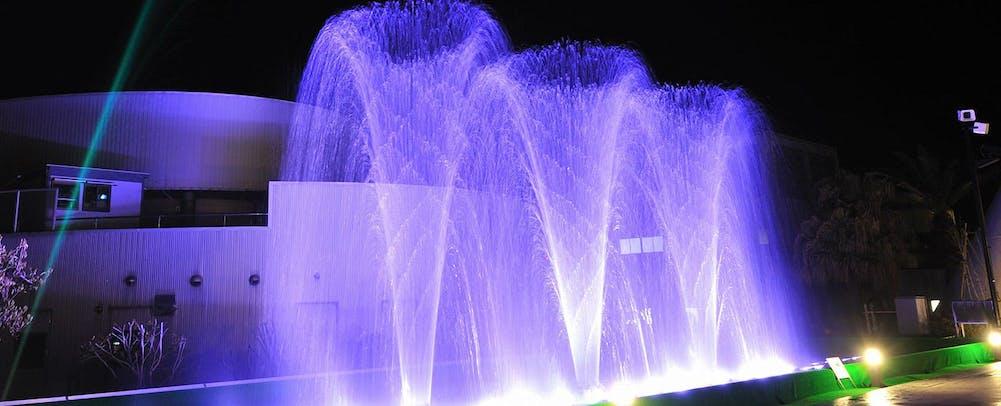 水着で楽しむ露天型温泉施設「ザ アクアガーデン」 噴水ショー