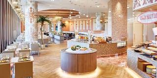 活気あふれるオープンキッチンと、ハワイアンキルトをモチーフにした明るい空間が自慢。