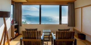最上階特別室「天海」から日本海の絶景を望む
