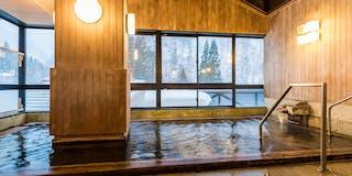 温泉情緒豊かな木肌が優しい檜風呂「山の木」