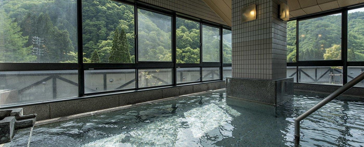 素朴な石肌にくつろぐ石の風呂「山石」