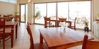 ラウンジを兼ねた宿泊客専用の食事室