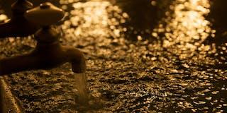 豊かに溢れ出るかけ流しの湯は、肌も心も同時に潤す天然温泉