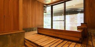 自家源泉が溢れる「展望風呂付客室」の浴槽