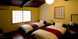 太い梁を見上げる寝室